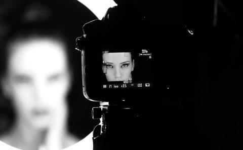 Portrait femme au studio photo
